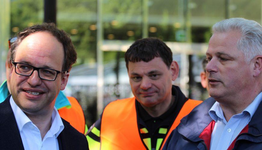 Minister Koolmees (links) aan zet